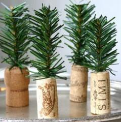 solo incrustamos una ramita de pino natural o artificial en un corcho y listo ya tenemos un fino y delicado minirbol navideo