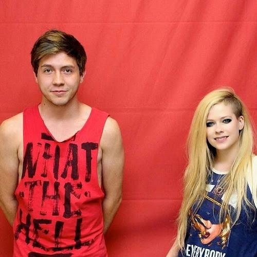 BOMBA: Fãs pagam R$ 800 para tirar foto com Avril Lavigne e não podem encostar na cantora