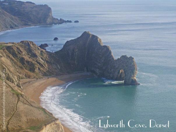Al fondo se ve la cala o ensenada de Lulworth y en primer plano el arco de piedra caliza. Lulworth Cove & Durdle Door en Dorset, Inglaterra (Costa Jurásica, Jurassic Coast)