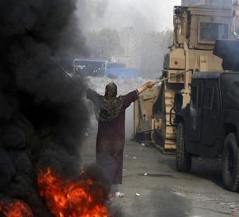 Keberanian Seorang Wanita Mesir Berada Di Tengah Hujan Peluru