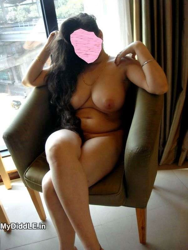 Hot Punjabi Bhabhi poses Nude for Devar @ Hotel in Delhi indianudesi.com
