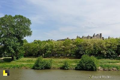 Au bord de l'Aude la cité médiévale de Carcassonne photo blachier pascal