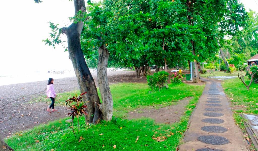 Jalan tepi pantai Lovina Bali