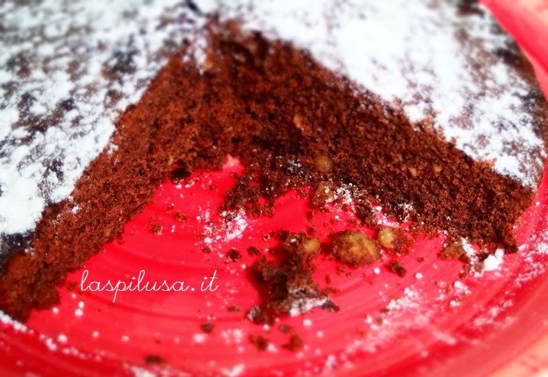 Torta soffice al cioccolato fondente con nocciole