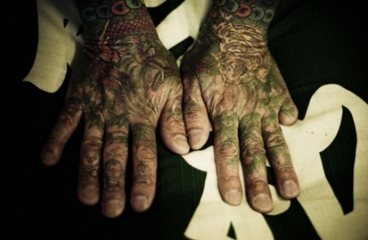 Mãos tatauadas de um membro da yakuza