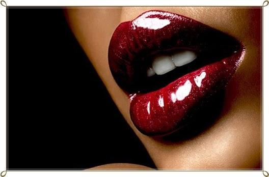 Benutzung von roten Lippenstift