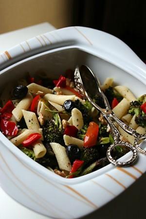 Közlenmiş Brokolili Makarna Salatası