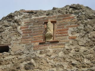 Pompéia - Acreditava-se que o emblema do Fálus nas moradias  servia para afugentar os espíritos malignos continuou através da Idade Media e exemplares de Fállus tem  sido encontrados nas paredes de certas igrejas.