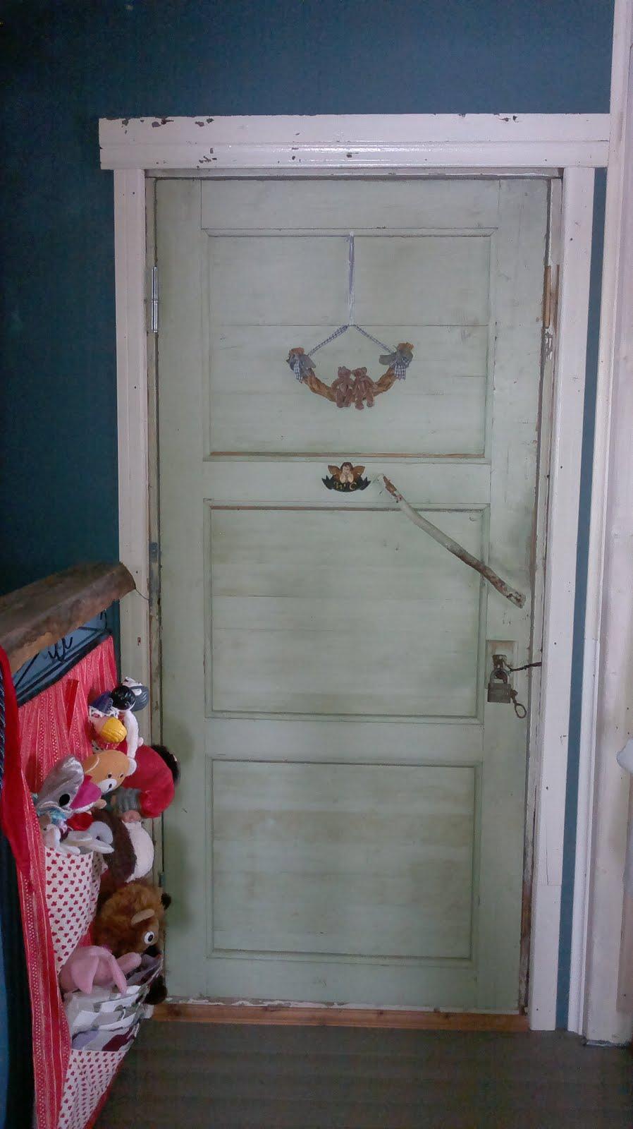Yläkerran vessan ovessa on vanha munalukko