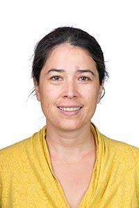 """Tovaraşa Ana Pauker alias profesoara Ioana Nanu vinde bilete la """"Monoloagele vaginului"""" în şcoală."""