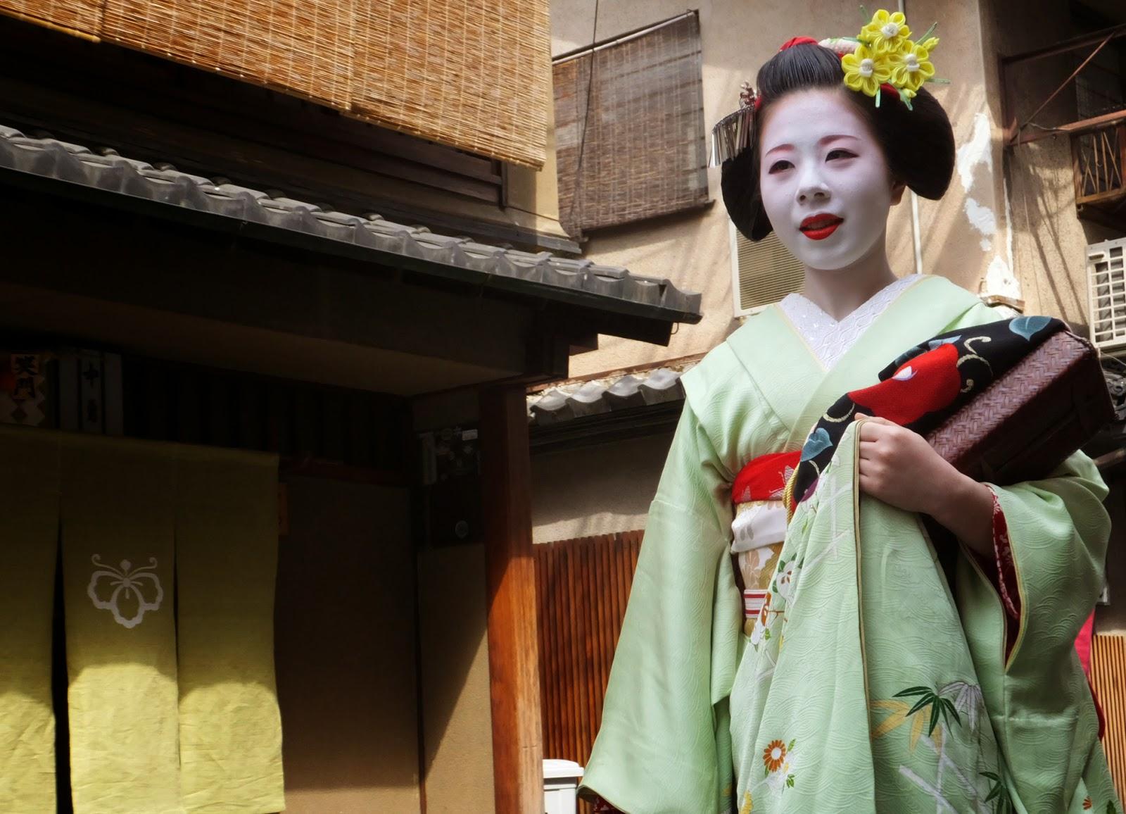 祇園東の「観亀神社」で、舞妓さん五人による「おもてなし」の茶会が開かれた。