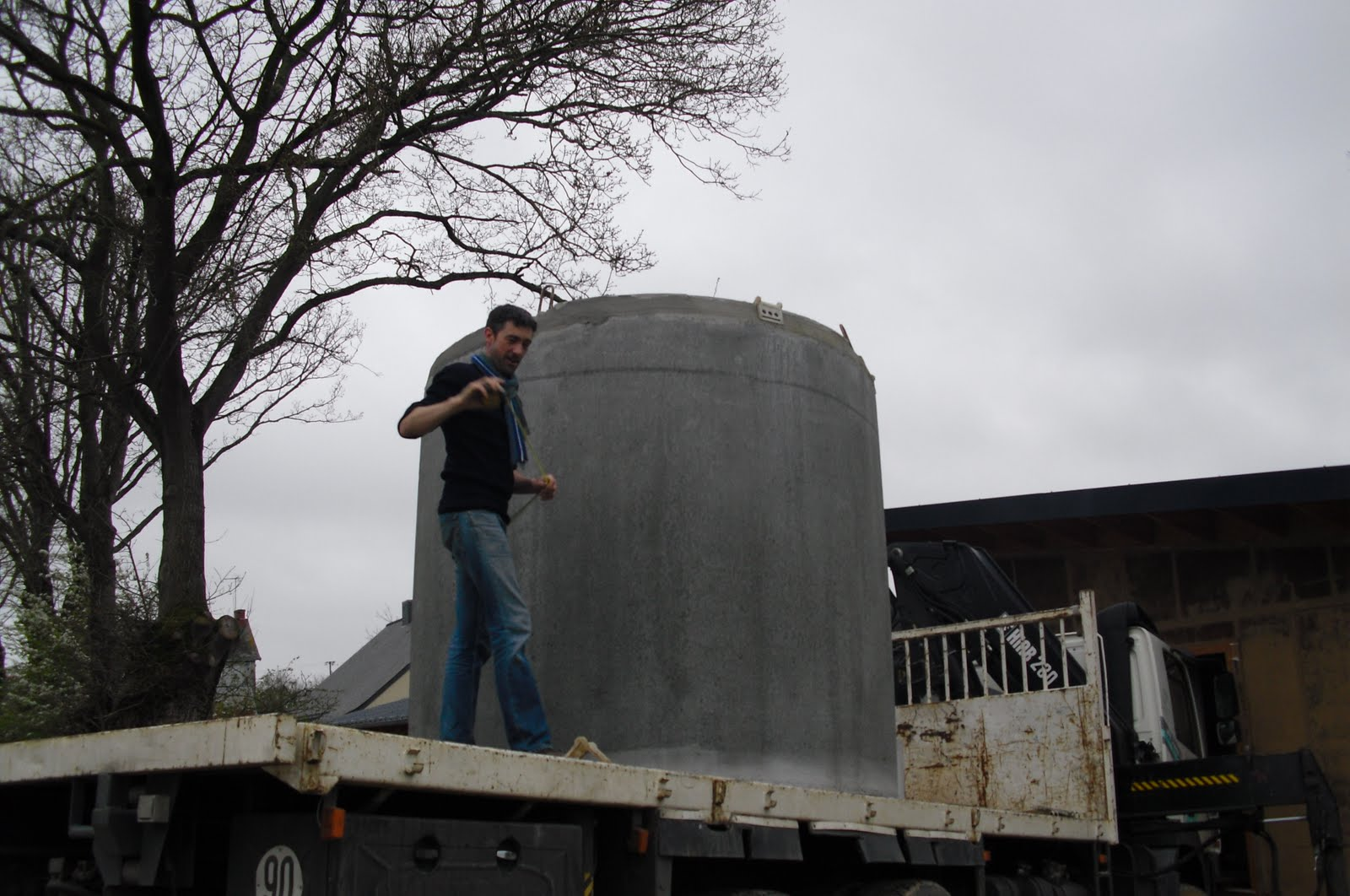 Notre maison la catiche pose de la cuve d 39 eau de pluie for Pose cuve recuperation eau de pluie