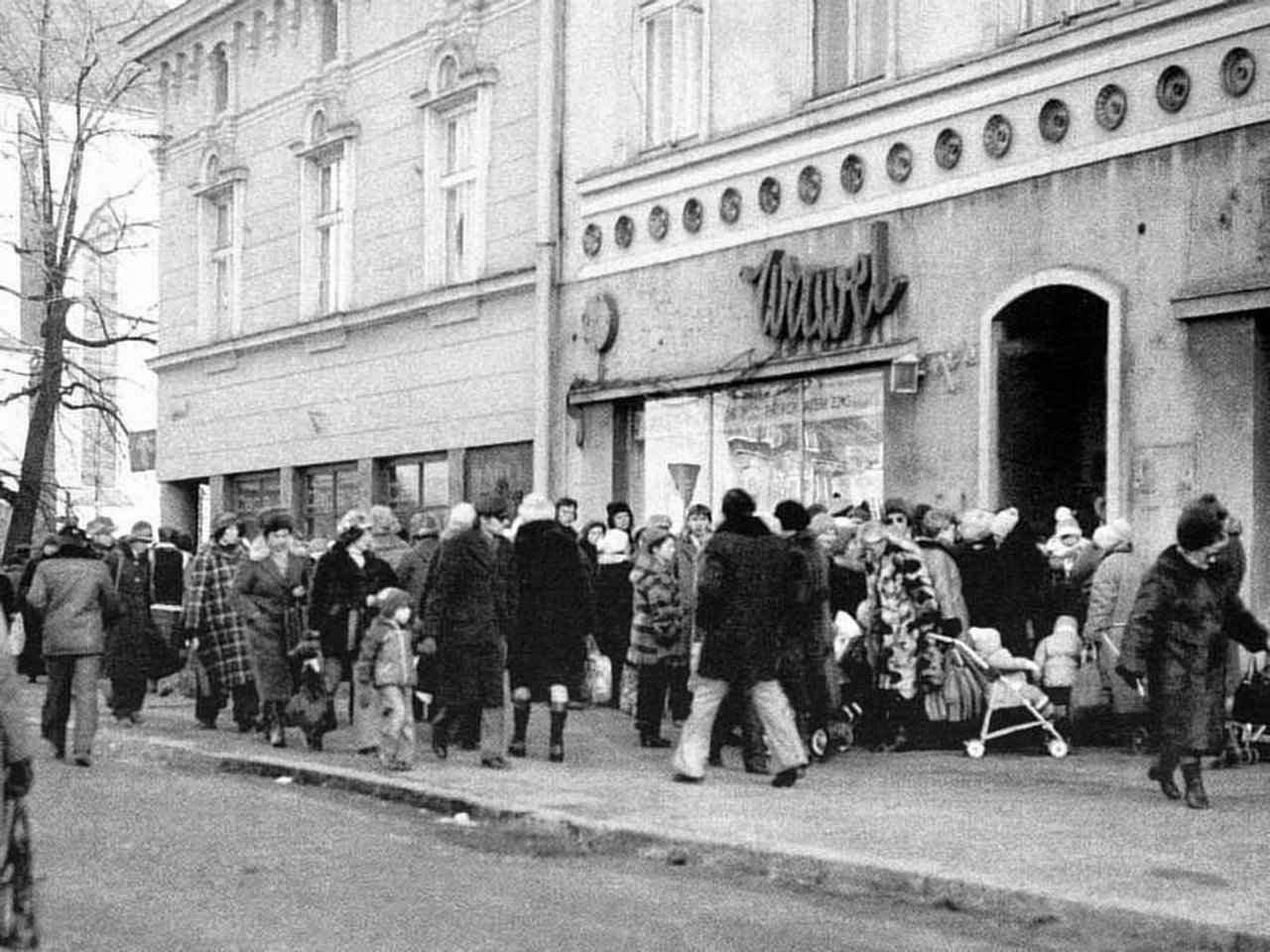 Poloneses fazendo longas filas para obter magros alimentos racionados