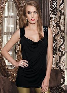 Blusa preta com alças de paetê e decote drapeado