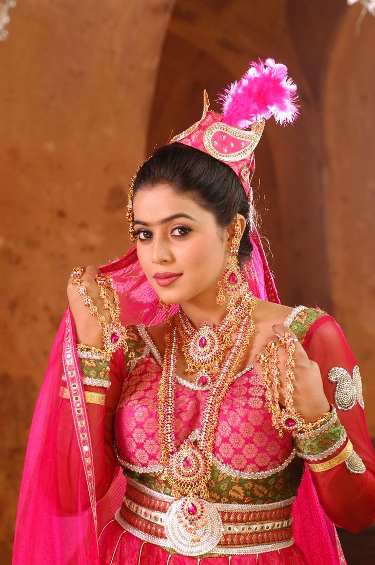 ... new heroin her first movie in telugu seema tapakay with allari naresh