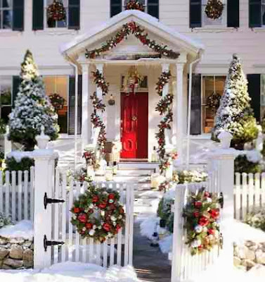 Świąteczna aranżacja podwórka i wejścia do domu