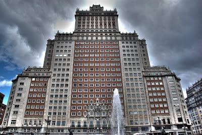 Foto Edificio gigante y nubes negras