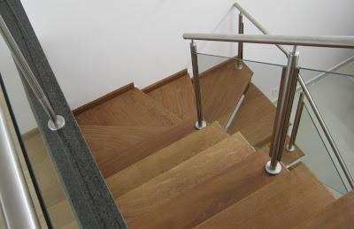 Madeira, granito, metal e vidro: riqueza de materiais na escada que liga o atelier ao restante da residência. Simplicidade e sofisticação combinadas.
