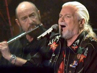 Scott McKenzie con Ian Anderson (Jethro Tull) en un concierto en Bremen en 2004