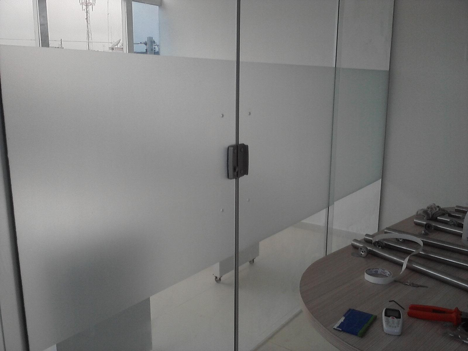 #566775 Adesivo jateado aplicado em vidros para dificultar a visão podemos  1610 Vidros Para Janelas Guarulhos