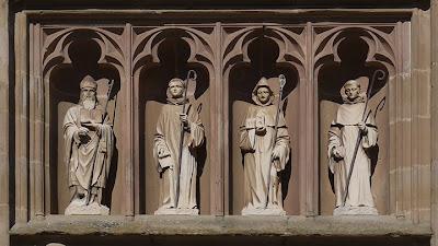 Heiligen boven de ingang van de kloosterkerk