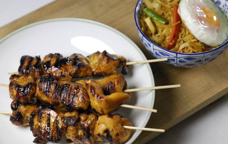 eerst koken: klassieke kip saté – de stokjes en de saus