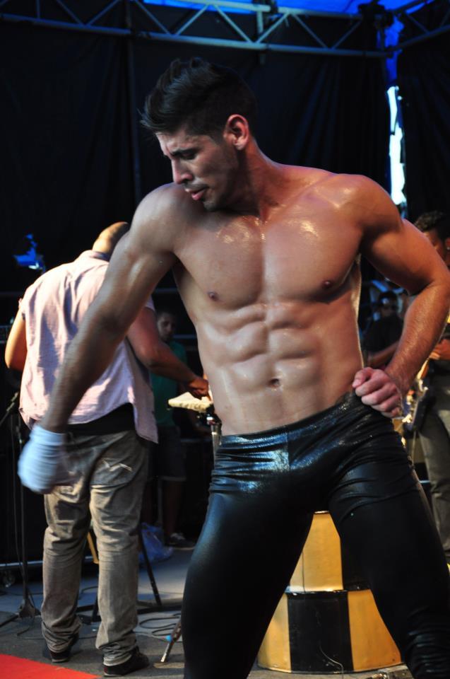 Felipe Leão mostra a barriga tanquinho durante apresentação do É Xeke. Foto: Divulgação