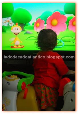 Miguel assistindo ao desenho animado UKI