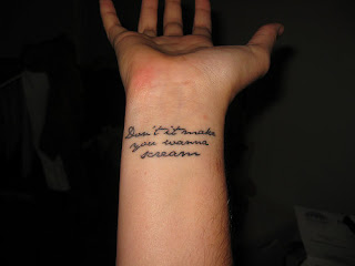 Tattoo handgelenk schrift tattoovorlagen tattoo bilder for Tatuaggi scritte sul polso