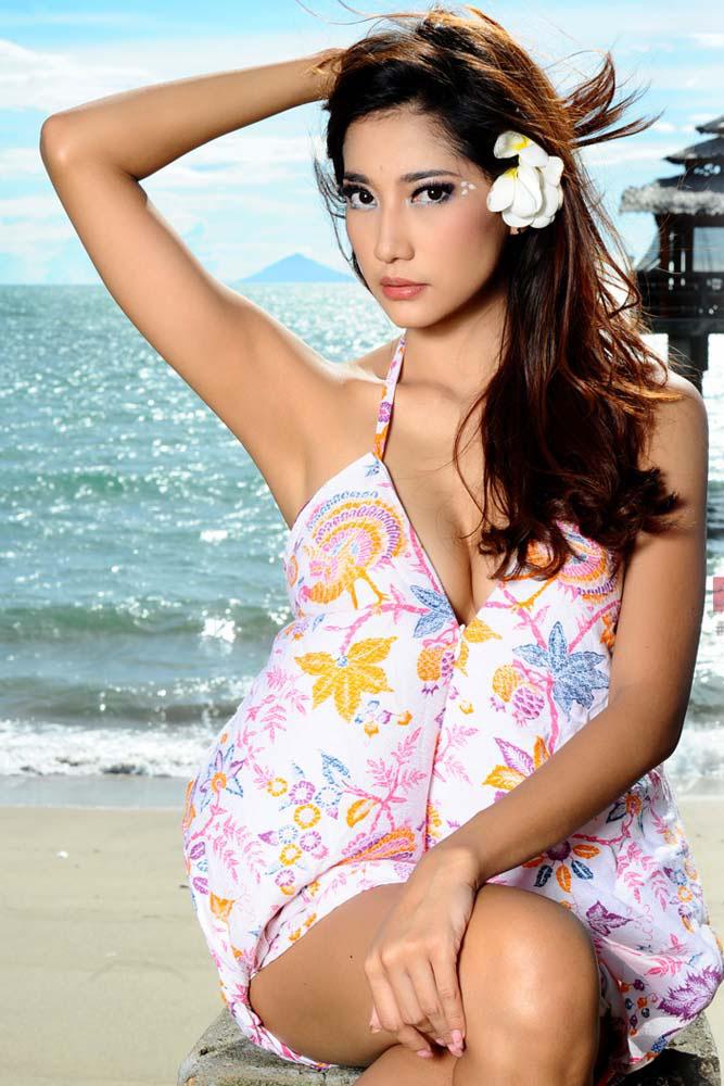 Adelia Rasya Model Majalah Popular World, Mei 2013