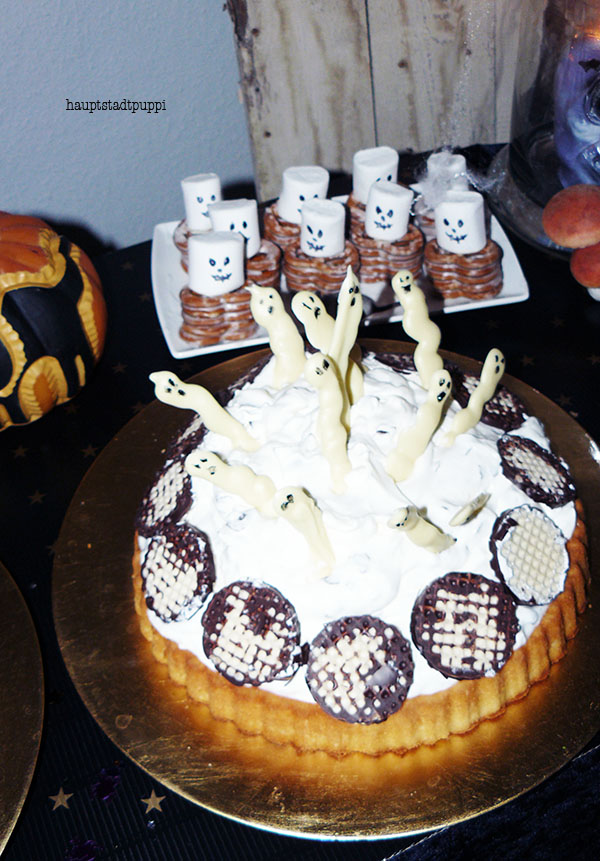 DIY Ghost Cake, Skeleton Pretzel and Pumkins for Halloween by Hauptstadtpuppi