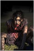 Japan Expo 2011. Zombie se reposant dans l'herbe.