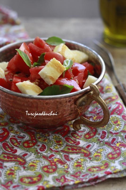 Pomidorowa sałatka z serem hellim (halloumi)