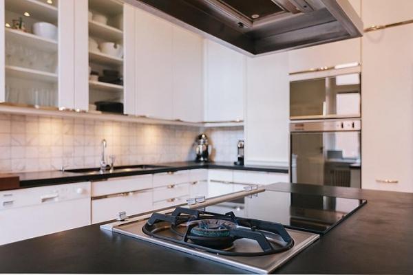 Desain dapur hitam putih minimalis modern