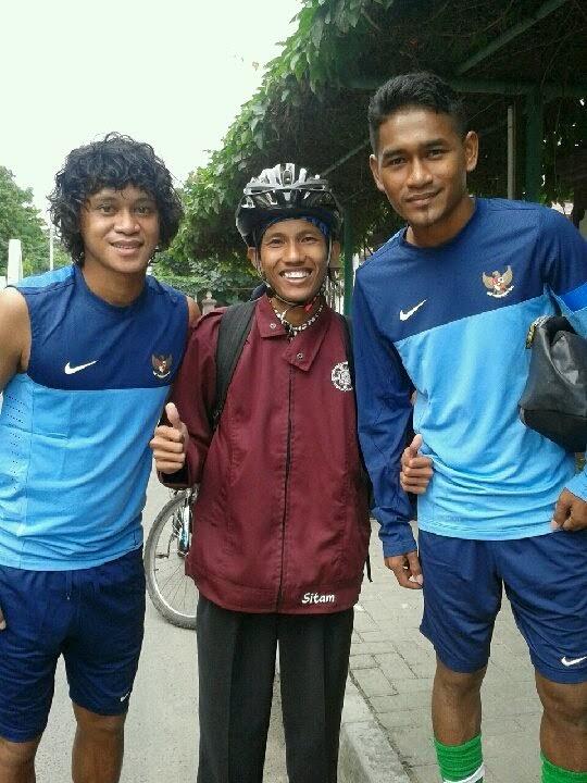 Aku bersama Rizky Pellu (kanan gambar) dan Ramdani Lestaluhu (kiri gambar)
