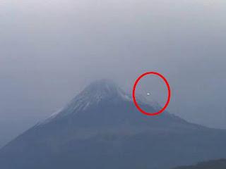 http://1.bp.blogspot.com/-ZZ5sX4x0D9E/UejSBzwa49I/AAAAAAAAF4E/rUOk3ZNXJ6c/s1600/UFO+Volcano+Popocat%C3%A9petl,+Mexico+2013.jpg