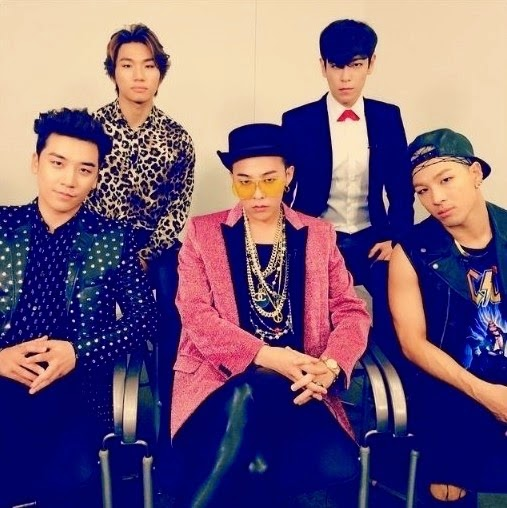 Big Bang gathers for a group photo after a long time