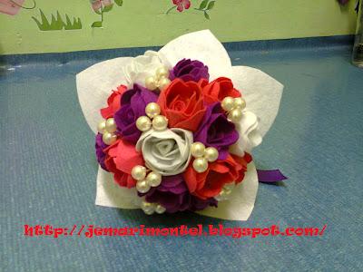 bunga tangan felt ros dengan mutiara