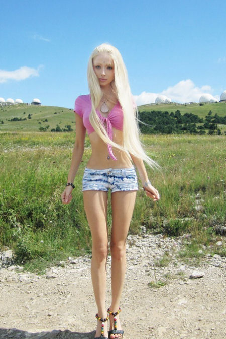 Pembe etekli kızın dar kalçalarının arasından geçiren sert