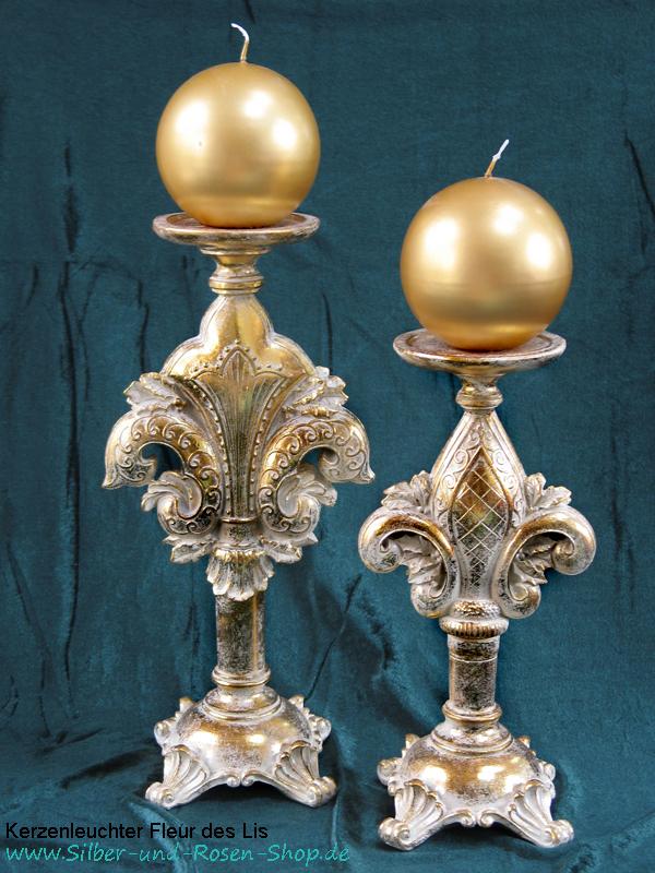 Zwei unterschiedlich hohe goldene Kerzenleuchter im florentinischen Stil mit Kugenlkerze.