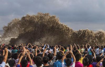 Suite à une tempête, d'immenses vagues s'écrasent contre les côtes chinoises.