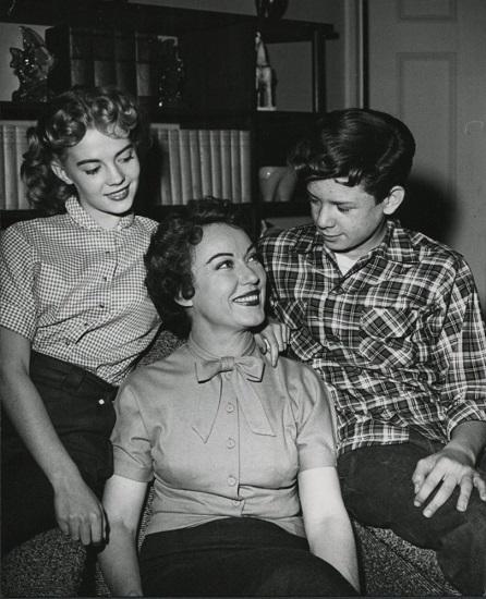 The Pride of Family (1953-54) con Fay Wray y Robert Hyatt