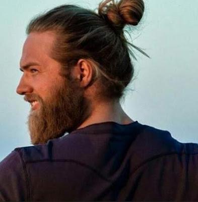 model rambut top knot untuk pria berjanggut