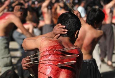 http://1.bp.blogspot.com/-Z_u6KHKx79Q/UjibktWcC4I/AAAAAAAASE8/ZLWs9GYkKqc/s1600/199920-shia-muslims-flagellate-themselves-walk-on-fire-prior-to-ashura.jpg