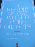"Libro ""A History of the World in 100 Objects"" (""Una historia del mundo en 100 objetos"") de Neil MacGregor, director del British Museum, Museo Britanico de Londres"