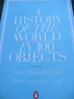 """Libro """"A History of the World in 100 Objects"""" (""""Una historia del mundo en 100 objetos"""") de Neil MacGregor, director del British Museum, Museo Britanico de Londres"""