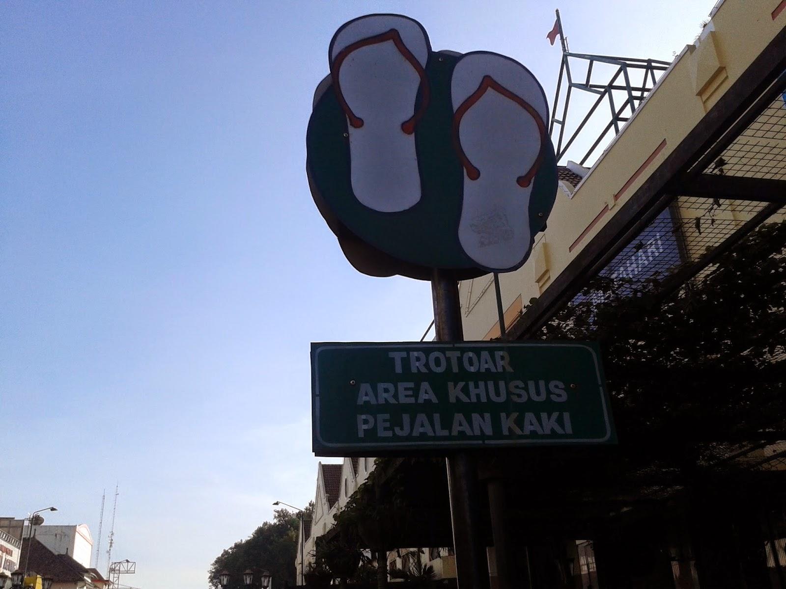 "Tulisan ""Trotoar Area Khusus Pejalan Kaki"" di Malioboro"