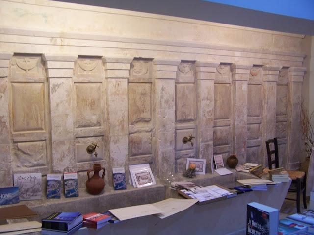 Bir kitapçı dükkânında kalmış Valide Sultan Camisi'nin şadırvanı; Resmo