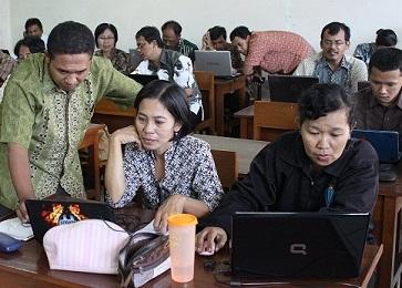 Para guru mengikuti workshop administrasi pendidikan