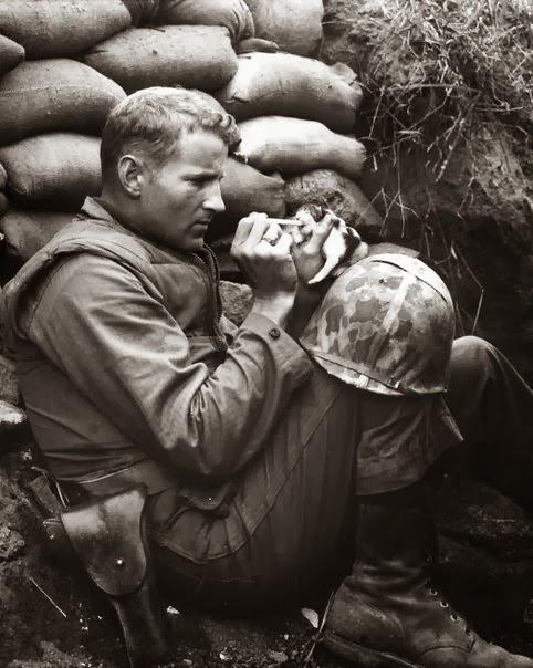 солдат кормит кота с пипетки